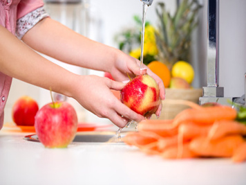 washing fruits with ozone water